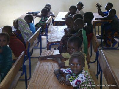 Les écoliers de l' école de Boubouya, aidé par l' Association MALIMALI - AADEM - Mme et Mr Beyron qui ont reçu une donation de 2500 euros par l'association DE TOUTES LES COULEURS  en Mai 2013